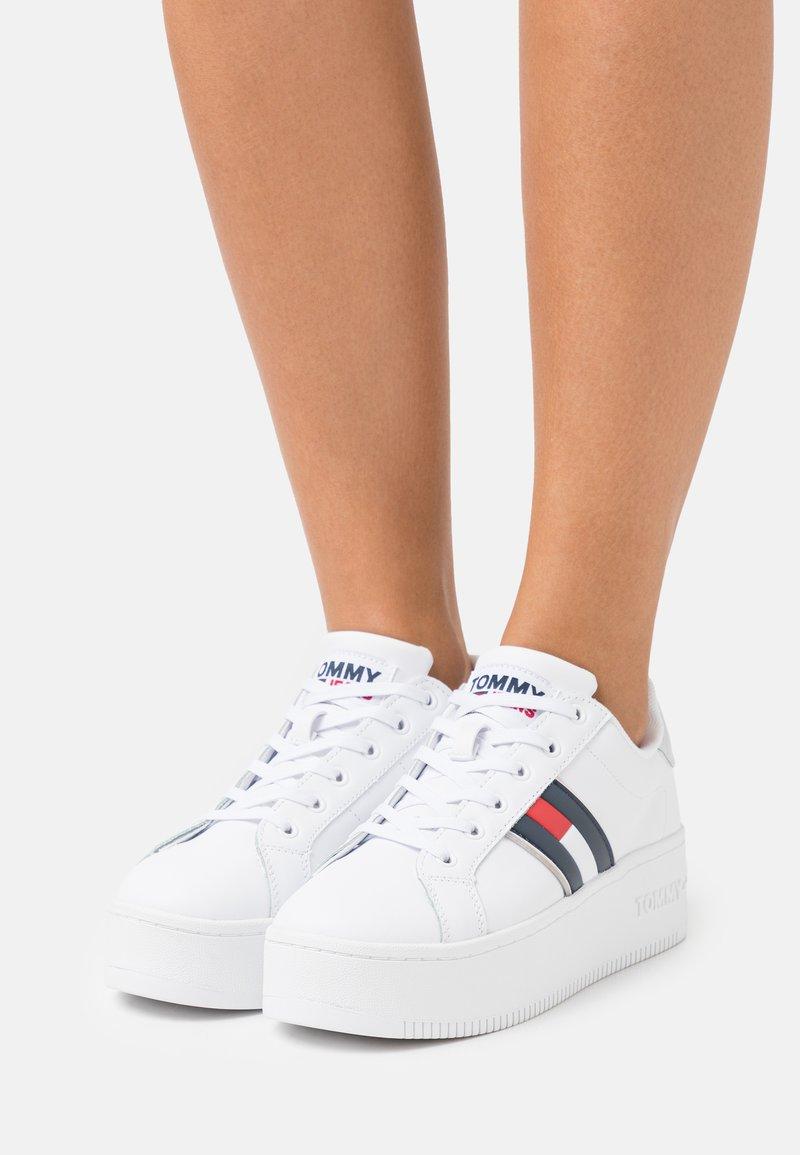 Tommy Jeans - IRIDESCENT ICONIC - Matalavartiset tennarit - white