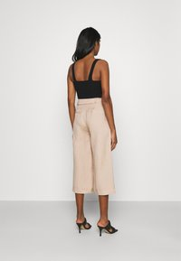 Forever New - CAMILLA BELTED CULOTTE PANTS - Kalhoty - beige/nude - 2