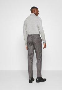 Isaac Dewhirst - BOLD STRIPE SUIT - Oblek - grey - 5
