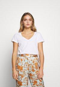 Mos Mosh - ARDEN V NECK TEE - Basic T-shirt - white - 0