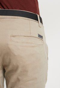 Lindbergh - CLASSIC WITH BELT - Chinot - sand - 3