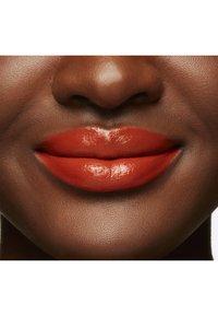 MAC - LOVE ME LIQUID LIPCOLOUR - Liquid lipstick - my lips are insured - 4