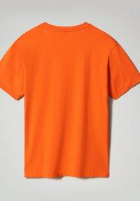 Napapijri - S-BOX   - T-shirt med print - orangeade - 6