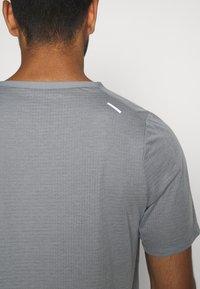 Nike Performance - BRTHE - Camiseta estampada - grey fog/particle grey/reflective silver - 5