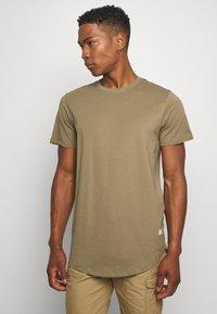 Jack & Jones - JJENOA TEE CREW NECK 5 PACK - Basic T-shirt - crockery/ombr/hawaiia/fade/dusty - 4