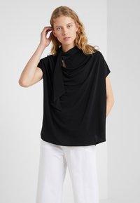 By Malene Birger - KATIE - T-shirt z nadrukiem - black - 0