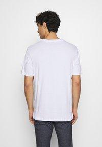 Ben Sherman - PLECTRUM TARGET TEE - Print T-shirt - white - 2