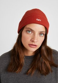 Obey Clothing - HANGMAN BEANIE - Čepice - brick red - 3