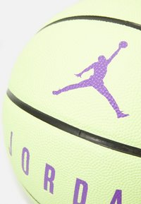 Jordan - ULTIMATE  - Basketball - liquid lime/black/wild berry - 2
