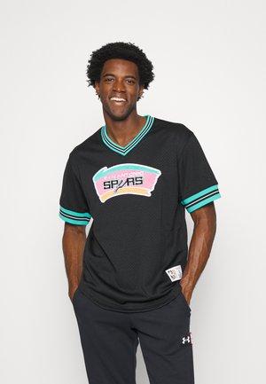 NBA SAN ANTONIO SPURS UNBEATEN V NECK - Klubbkläder - black