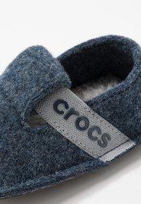 Crocs - CLASSIC - Domácí obuv - navy - 2