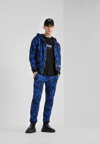 Versace Jeans Couture - BAROQUE ZIP HOODIE - Huvtröja med dragkedja - dark blue - 1
