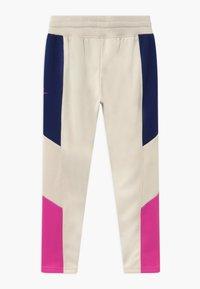 Nike Sportswear - HERITAGE - Pantalon de survêtement - orewood/blue void/fire pink - 1