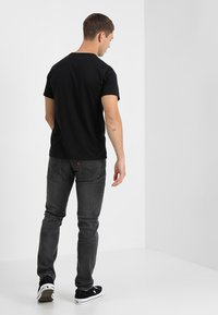 Levi's® - 501 ORIGINAL TEE - T-shirts med print - patch black