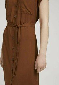 TOM TAILOR DENIM - MIT GÜRTEL - Shirt dress - amber brown - 3