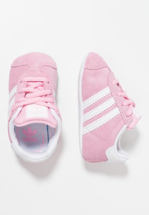 GAZELLE CRIB - First shoes - true pink/footwear white/gold metallic
