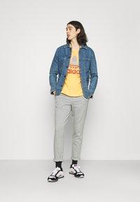 adidas Originals - TREF OMBRE UNISEX - Print T-shirt - hazy orange - 1