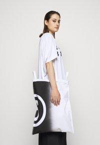 MM6 Maison Margiela - SHINY PLEATHER BERLIN BAG - Tote bag - white - 0