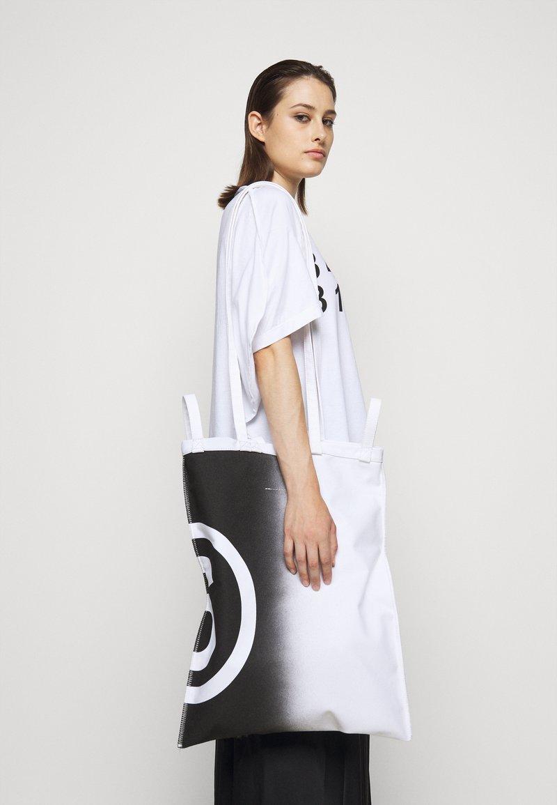 MM6 Maison Margiela - SHINY PLEATHER BERLIN BAG - Tote bag - white