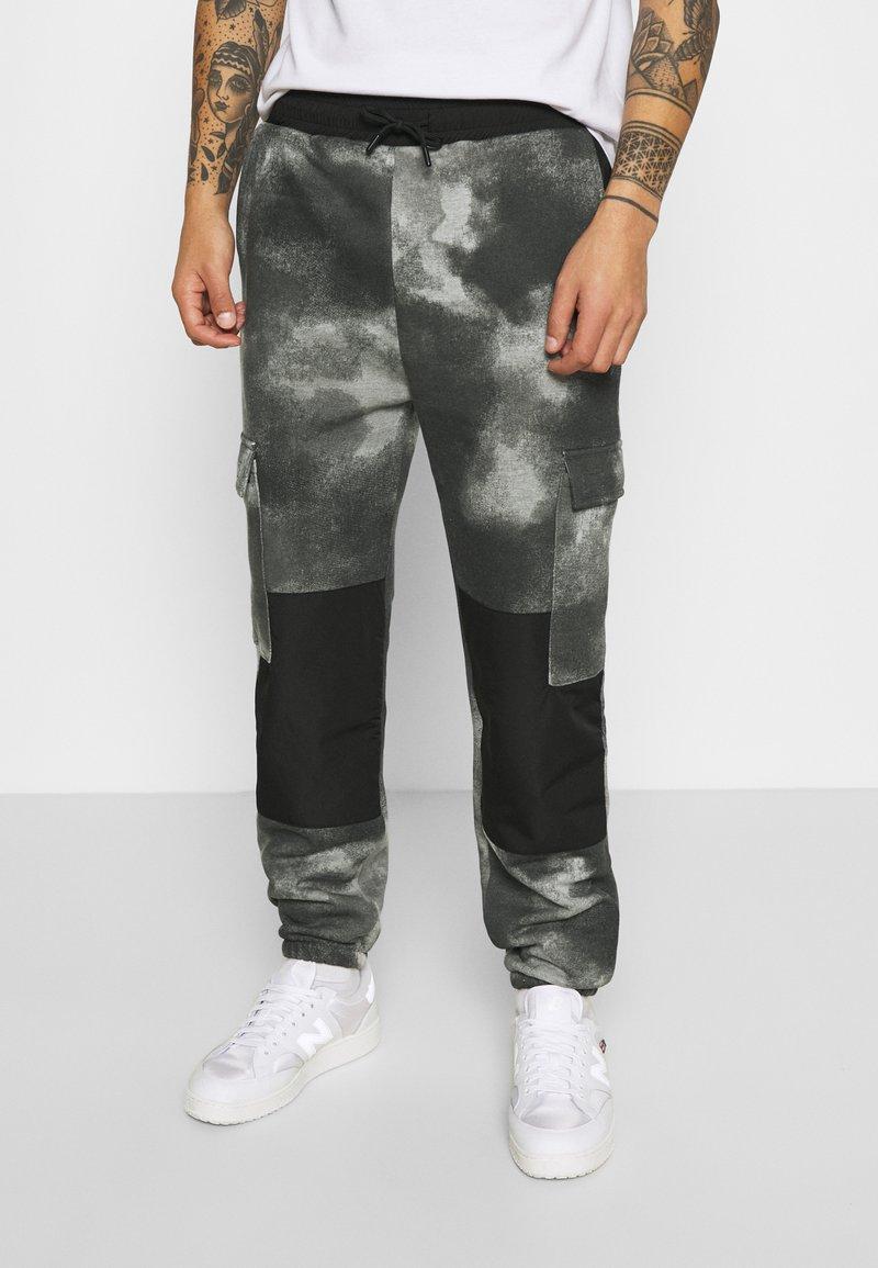 Mennace - TIE DYE TEXTURE MIX - Teplákové kalhoty - charcoal