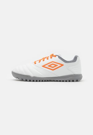 TOCCO CLUB TF - Astro turf trainers - white/carrot/frost gray