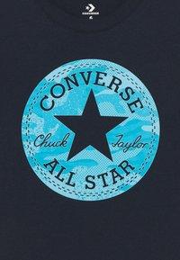 Converse - SHORT SLEEVE CHUCK PATCH GRAPHIC UNISEX - T-shirt imprimé - obsidian - 2