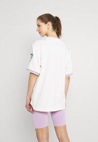 FUBU - VARSITY TIE DYE BASEBALL - T-shirt con stampa - white - 2