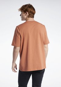 Reebok Classic - VECTOR TEE - T-shirt con stampa - baked earth - 2