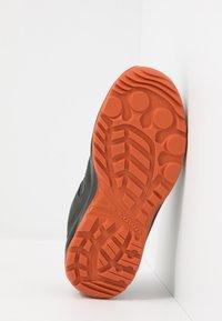 Lowa - ROBIN GTX LO - Hiking shoes - graphit/orange - 5
