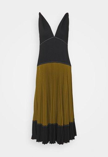 COLORBLOCKED PLEATED DRESS - Vestido informal - black/military