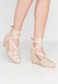 San Marina - LADAGIA - Sandály na vysokém podpatku - sable - 0