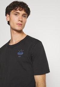adidas Originals - ABSTRACT TEE UNISEX - Print T-shirt - black - 3
