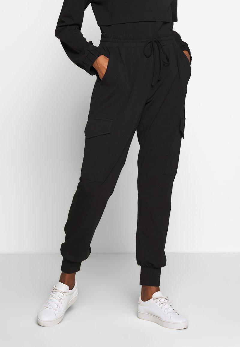 Kaffe - KASIGGI LINDA PANTS  - Cargo trousers - black deep