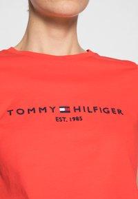 Tommy Hilfiger - REGULAR HILFIGER TEE - Print T-shirt - red - 4