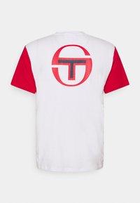 Sergio Tacchini - RAINIER - Print T-shirt - blanc de blanc/tango red - 1
