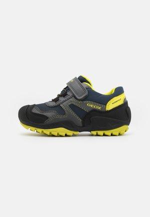 NEW SAVAGE BOY WPF - Chaussures à scratch - dark grey/lime