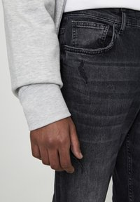 PULL&BEAR - PREMIUM-KAROTTENJEANS MIT ZIERRISSEN 05684525 - Jean slim - mottled light grey - 4