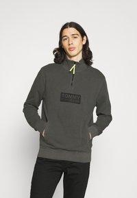Tommy Jeans - TONAL LOGO ZIP MOCK UNISEX - Felpa - black - 0