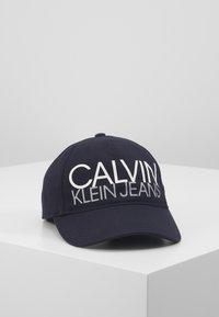 Calvin Klein Jeans - CUT OFF LOGO BASEBALL  - Casquette - blue - 0