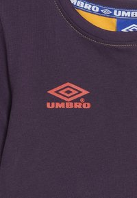 Umbro - TAKEOVER CREW TEE - Camiseta estampada - haze/cosmos/fig - 3