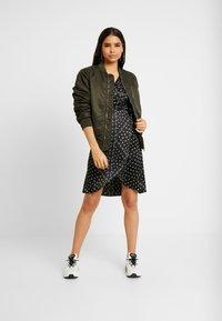 Vero Moda - VMGAMMA WRAP DRESS - Robe d'été - black/nice - 2