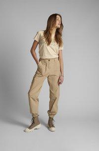 Nümph - NUELASI - Cargo trousers - brazillian sand - 1