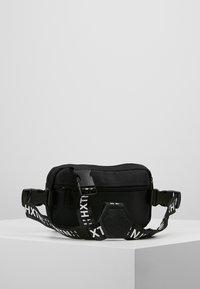 HXTN Supply - PRIME - Taška spříčným popruhem - black - 2