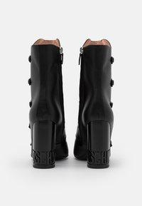 MOSCHINO - Kotníková obuv na vysokém podpatku - nero - 3