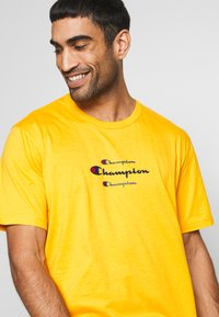 Champion - ROCHESTER WORKWEAR CREWNECK  - T-shirt imprimé - mustard yellow - 4
