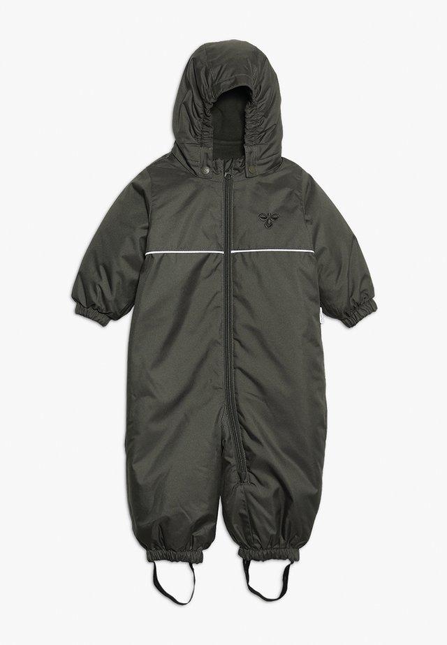 HMLSNOOPY  - Snowsuit - olive night
