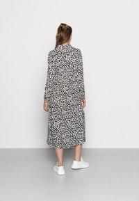 Pieces Maternity - PCMIDA MIDI DRESS - Košilové šaty - black/white/purple - 2