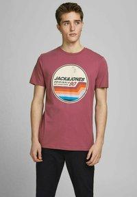 Jack & Jones - JORTYLER TEE CREW NECK  - Print T-shirt - hawthorn rose - 0