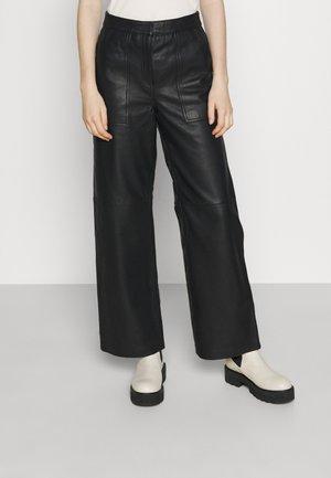 RUSTY AUTUMN  - Kožená sukně - jet black