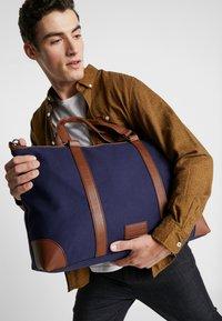Pier One - UNISEX - Weekendbag - dark blue/cognac - 1